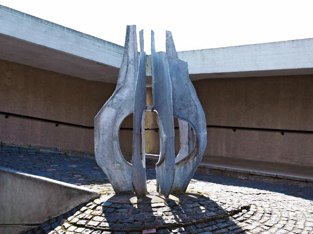 Image: Untitled by Austin Wright (1967), in the middle of the ramp leading to the library