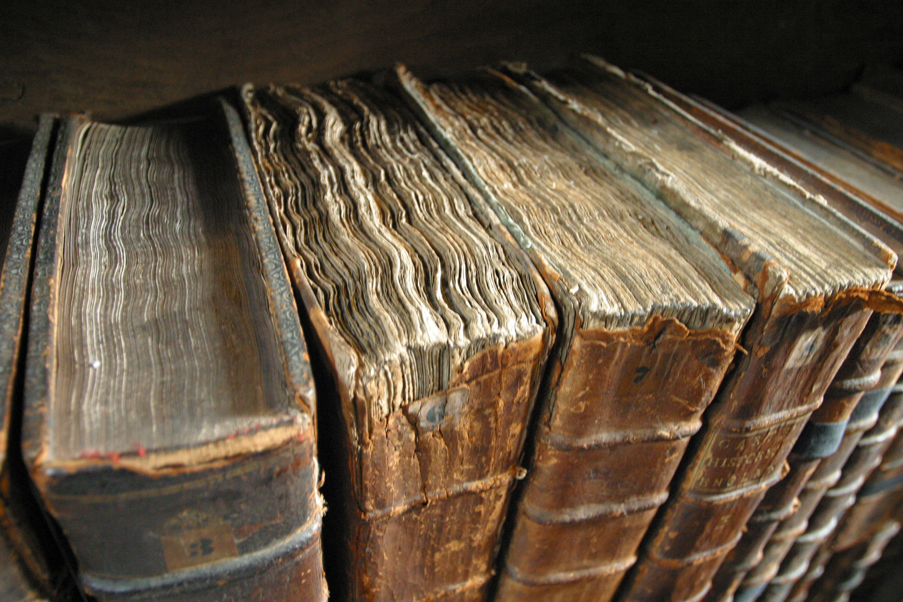 Tom Murphy, Worn books at the library of Merton College, Oxford. CC BY-SA 3.0